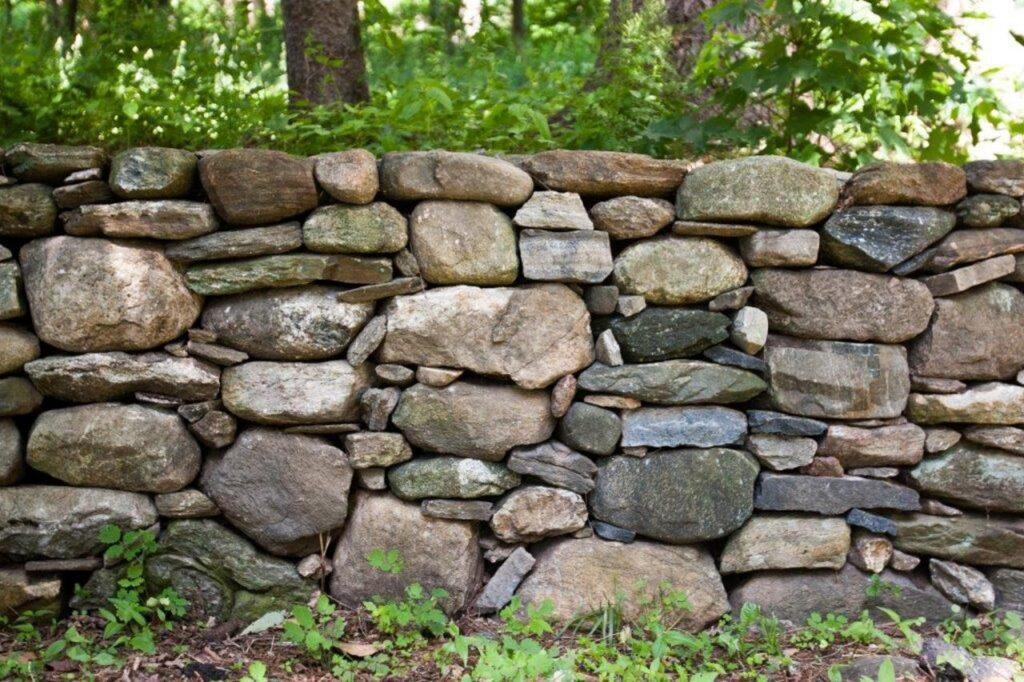 Заборы из крымского камня: надежно и эстетично!